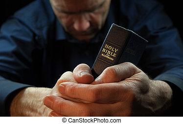 um, homem, orando, segurando, um, santissimo, bible.