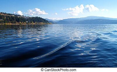 um, lago montanha, sob, um, profundo, céu azul, coeur, d'alene, idaho, eua