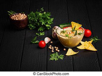 um, luminoso, composição, de, gostosa, hummus, e, vegetables., árabe, prato, com, nachos, ligado, um, pretas, madeira, experiência., cópia, space.