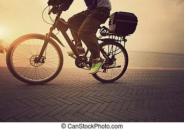 um macho, ciclista, ciclismo, em, amanhecer, litoral