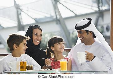 um, meio oriental, família, desfrutando, um, refeição, em,...