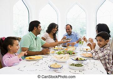 um, meio oriental, família, desfrutando, um, refeição, junto