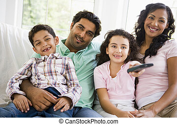 um, meio oriental, família, olhando televisão