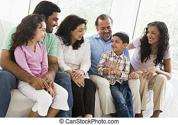um, meio oriental, família, sentar-se, ligado, um, sofá