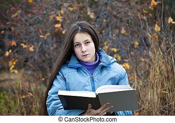 um, menina, com, dela, cabelo, lendo um livro