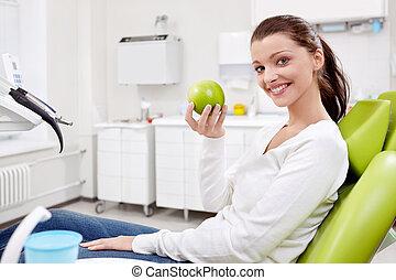 um, menina, com, um, maçã, em, odontologia