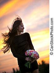 um, menina jovem, com, um, buquê flores, em, pôr do sol, estilo vida