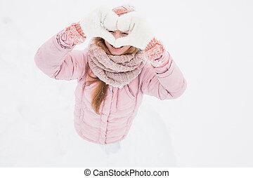 um, menina jovem, mostra, um, coração, com, seu, mãos, inverno, manhã, dia valentine, feliz, bonito, a, quadro, para, reklamy