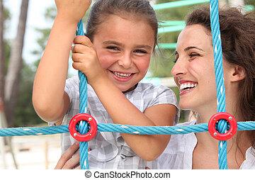 um, menininha, e, dela, mãe jogando, em, um, pátio recreio