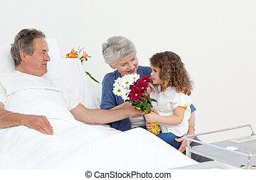 um, menininha, falando, com, dela, avós