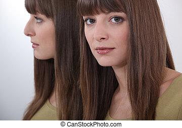 um, morena, modelo, perto, um, espelho.