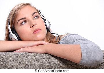 um, mulher jovem, escutar música, ligado, um, sofa.