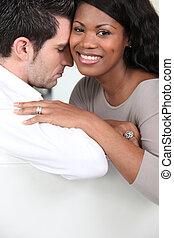 um, par interracial, abraçar