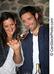 um, par, provando, vinho