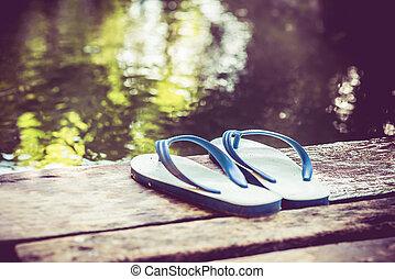um, par sapatos, ligado, madeira, perto, a, rio