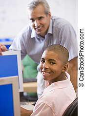um, professor, conversas, para, um, aluno, usando, um, computador, em, um, escola secundária