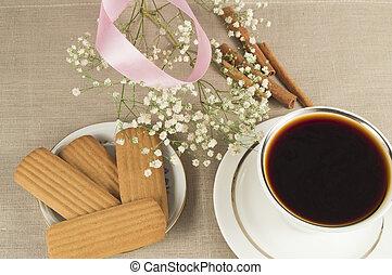 um, quentes, xícara café, cinammon, biscoitos, com, sprigs, de, gypsophilla, e, fita cor-de-rosa