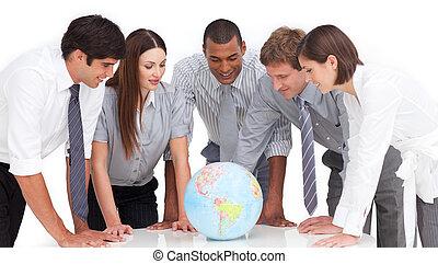 um, reunião, de, equipe negócio, ao redor, um, globo...