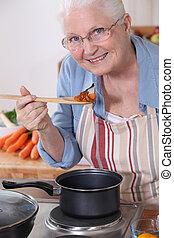 um, senhora velha, cooking.