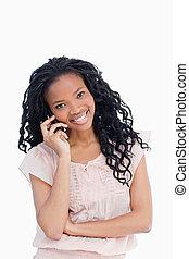um, sorrindo, mulher jovem, olhando câmera, é, falando, ligado, dela, telefone móvel
