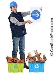 um, trabalhador construção, mostrando maneira, para, recycling.