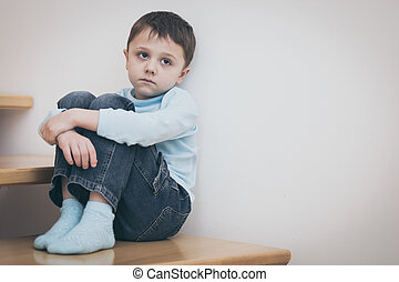 um, triste, menino, sentar-se escadas, em, casa, em, a,...