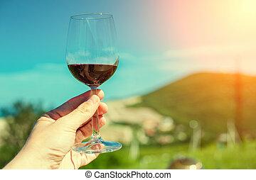 um, vidro, com, vinho tinto, ligado, um, fundo, de, um, paisagem montanha, sol
