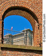 um, vista, de, a, ponte brooklyn, através, um, arco, em, um, parede tijolo