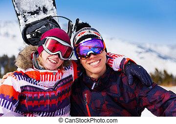 umarmen, paar, in, fahren schi masken, zusammen