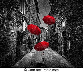 umrbellas, volare, con, vento, e, pioggia, su, scuro, strada, in, un, vecchio, italiano, città, in, toscana, italia