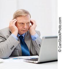 umsturz, älterer geschäftsmann, mit, laptop, in, buero