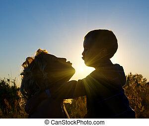 un, apacible, beso, entre, madre e hijo
