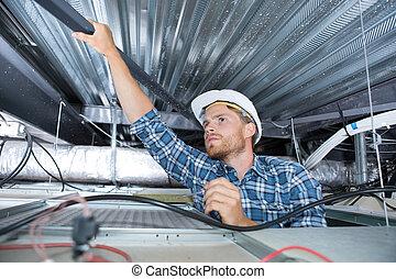 un, artesano, cableado, en, el, techo
