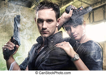 un, atractivo, pareja joven, con, armas de fuego