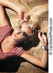 un, attraente, donna, in, occhiali da sole, spiaggia