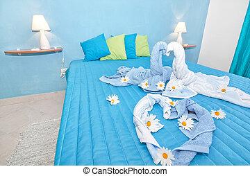 un, beautifully, diseñado, azul, dormitorio, en, daisies.