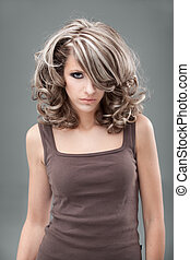 un, belleza, retrato, de, un, joven, rubio, mujer, llevando, un, 1960's, maquillaje, y, peinado, y, un, marrón, top.