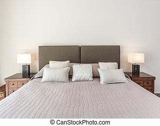 un, cómodo, cama, para, dos, en, el, bedroom., lumbreras, ser, illuminated.
