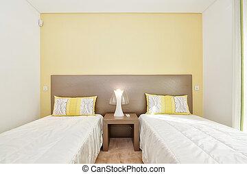 un, cómodo, dormitorio, en, sombras, de, verde, y, dos, cómodo, beds., el, hotel.