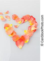 un, corazón roto, hojas, de, rosas