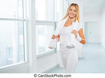 un, deportes, hembra, llevando, deportes, ropa, con, blanco, cottton, toalla