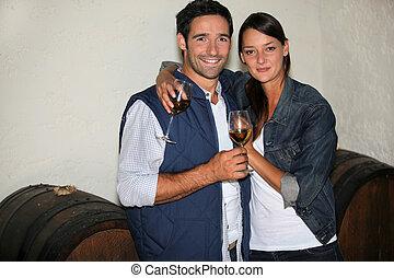 un, emparéjese bebiendo vino, en, un, vino, producer's, sótano