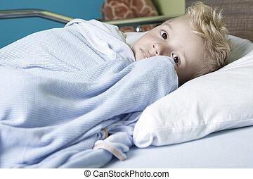 un, enfermo, niño pequeño, en, un, cama del hospital