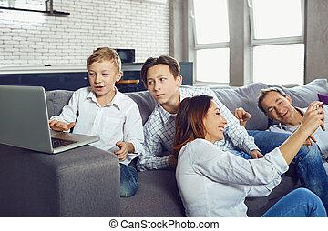 un, familia feliz, con, un, computador portatil, es, teniendo, fun.