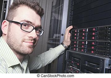 un, feliz, trabajador, técnico, en el trabajo, con, computer.