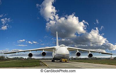 un, grande, avión de carga, en el suelo