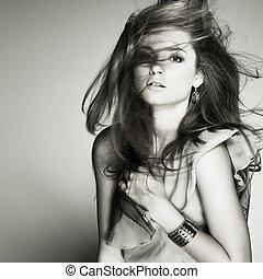 un, hermoso, mujer joven, es, en, marrón, ropa