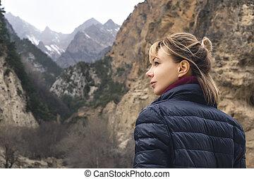 un, hermoso, niña, fotógrafo, con, un, cámara, en las montañas