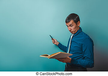 un, hombre, de, europeo, apariencia, treinta, años, un, profesor, sujetar un libro