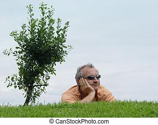 un, hombre, en la hierba